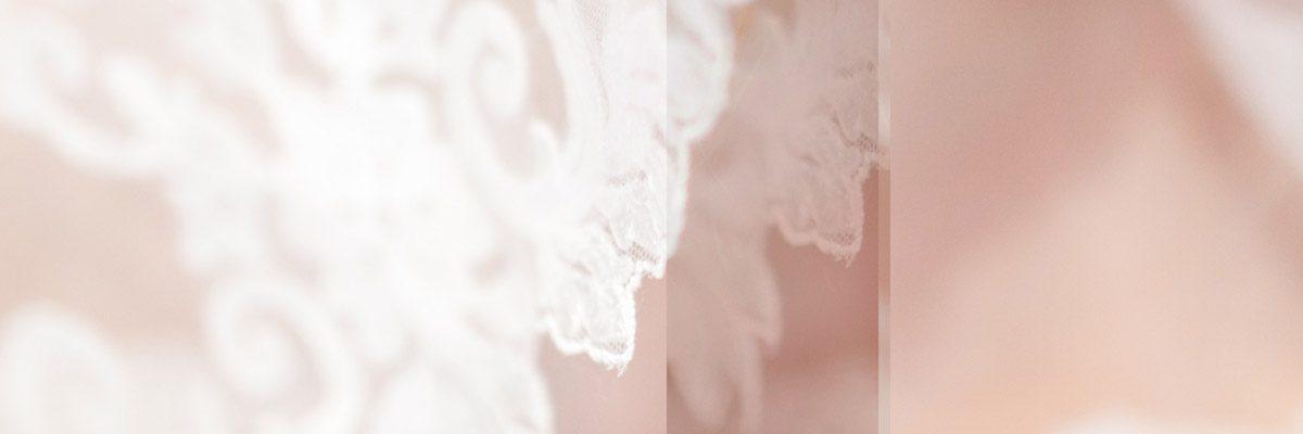Dentelle délicate blanche sur fond rose. Une ligne passe au travers de l'image de haut en bas suggérant une anomalie.